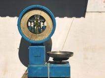 Escala de peso do mercado do vintage Fotos de Stock Royalty Free