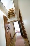 Escala del ático en casa moderna Imagenes de archivo