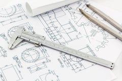 Escala del herramienta de los divisores de la ingeniería y a vernier en backgr del modelo Imagen de archivo libre de regalías