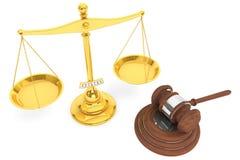 Escala del oro de la justicia y mazo de madera Foto de archivo libre de regalías