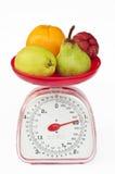 Escala del peso de la cocina con la fruta de la diversidad Fotografía de archivo