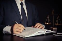 Escala del peso de la justicia Abogado que trabaja en oficina fotos de archivo