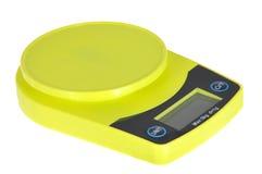 Escala digital electrónica verde de la cocina aislada en blanco Imagen de archivo libre de regalías