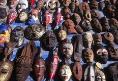 Escala diversa de máscaras africanas na exposição Fotografia de Stock