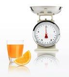 Escala do alimento com o vidro do suco de laranja isolado no fundo branco Fotos de Stock