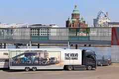Escala do caminhão de Volvo semi no reboque com opinião de Helsínquia fotos de stock