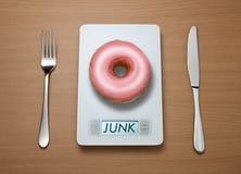 Escala do peso da comida lixo Fotografia de Stock Royalty Free