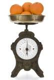 Escala do peso do vintage com laranjas Fotos de Stock Royalty Free