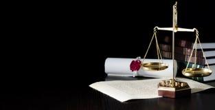 Escala do peso na sala do tribunal Sistema legal imagem de stock
