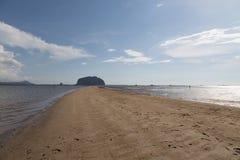 Escala dourada Dragon Spine Beach em Trang - Tailândia despercebida imagem de stock