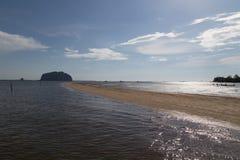 Escala dourada Dragon Spine Beach em Trang - Tailândia despercebida imagens de stock royalty free