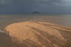 Escala dourada Dragon Spine Beach em Trang - Tailândia despercebida imagem de stock royalty free