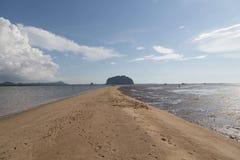 Escala dourada Dragon Spine Beach em Trang - Tailândia despercebida fotografia de stock