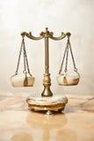 Escala dourada velha Escalas do equilíbrio do vintage Equilíbrio das escalas Escalas da antiguidade, lei e símbolo de justiça Imagem de Stock Royalty Free