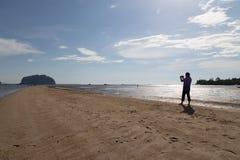 Escala dourada video Dragon Spine Beach do repórter da notícia em Palian de Foto de Stock