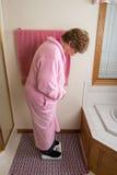 Escala idosa do peso do banheiro da mulher imagem de stock