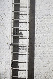 Escala, ladrillo y lámpara Fotos de archivo