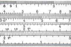 Escala logarítmica do fim extremal da regra de corrediça acima foto de stock royalty free