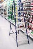 escala Primer de la escalera, colocándose en los electricistas de los grandes almacenes fotos de archivo libres de regalías