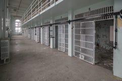 A escala principal de exploração urbana abandonada da prisão abaixa fotografia de stock royalty free