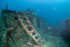 Escala que lleva a la cubierta del arqueamiento de un naufragio. Fotografía de archivo