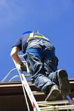 Escala que sube del trabajador de construcción Imagen de archivo