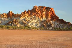 Escala rochosa de encontro às terras parched imagens de stock