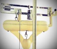 Escala velha para medir o peso e a altura durante o ex médico Imagens de Stock