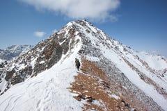 Escalada à parte superior da montanha Fotografia de Stock