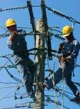 Escalada asiática alta, trabalho do eletricista no polo bonde Fotografia de Stock Royalty Free