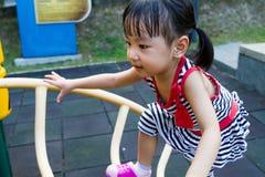 Escalada asiática da criança imagens de stock