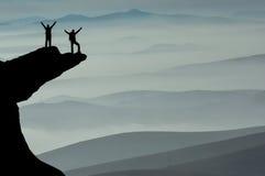 A escalada bem sucedida e aprecia a vista fotos de stock