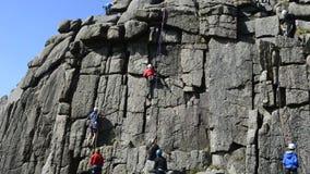 Escalada causando a destruição à formação de rocha das pessoas de 1000 anos no parque nacional do dartmoor video estoque