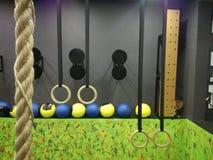 Escalada da corda no gym fotos de stock