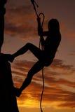 Escalada da rocha da silhueta da mulher Imagens de Stock Royalty Free