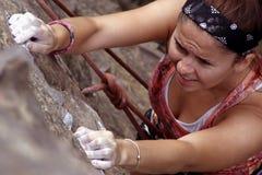 Escalada de la mujer Foto de archivo libre de regalías