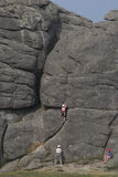 Escalada de rocha 1 da mulher Fotos de Stock Royalty Free