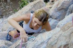 Escalada de rocha da mulher Imagens de Stock Royalty Free