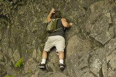 Escalada de rocha do homem fotografia de stock