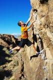 Escalada de rocha do homem um pedregulho fotos de stock royalty free