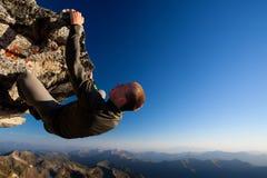 Escalada de rocha perigosa fotos de stock royalty free