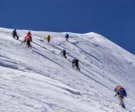 Escalada dos montanhistas à parte superior Imagens de Stock
