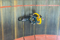 Escalada e corrida da motocicleta na parede do círculo Fotografia de Stock