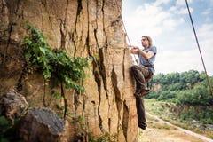 Escalada joven del escalador imagen de archivo