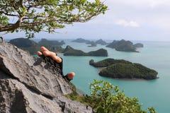 Escalada, manos con los guantes en la montaña Fotos de archivo
