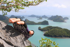 Escalada, manos con los guantes en la montaña Foto de archivo libre de regalías