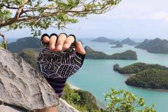 Escalada, manos con los guantes en la montaña Fotografía de archivo