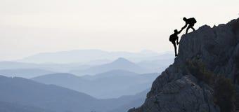 Escalada nas montanhas fotografia de stock