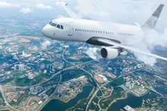 Escaladas brancas dos aviões de passageiro através das nuvens imagem de stock royalty free