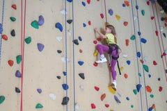 Escaladas da criança na parede de escalada imagens de stock